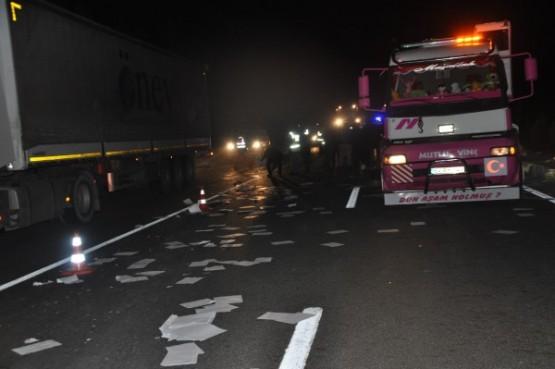 Yolcu otobüsünün çarptığı kamyon, ikiye ayrıldı! 1 ölü, 12 yaralı!