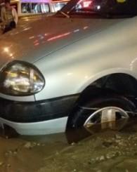 Uşak'ta yolun çökmesi sonucu otomobil çukura gömüldü!