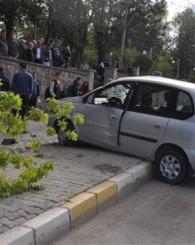 Aniden Dönüş Yapan Otomobil Sürücüsü Önce Ağacı Devirdi Sonra da Takla Attı! 1 Yaralı!