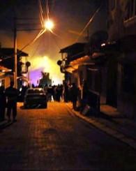 Uşak'ta yangın! 2 evin çatısı kül oldu!