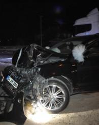 Tırla çarpışan araçta bulunan gelin ve damat yaralandı
