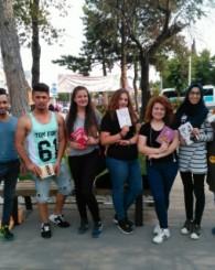 Uşak'ta öğrenciler vatandaşlarla birlikte kitap okuyor!