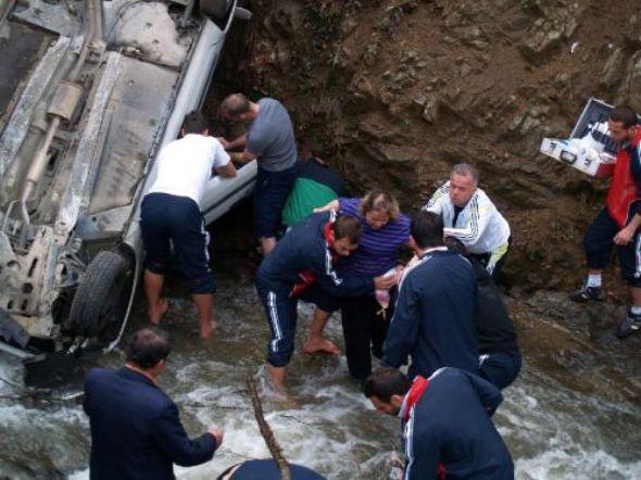 Devrek'te Trafik Kazası.Otomobil Dereye Uçtu.Yaralıları Zonguldaksporlu Futbolcular Kurtardı.Kazada Rakibe Yardım Öldü..