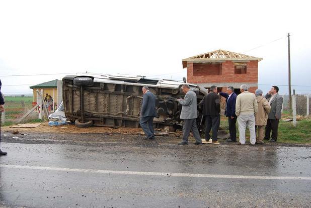 Eşme de Kaza. Diyaliz Hastalarını Taşıyan Minibüs Devrildi.. 9 Yaralı.