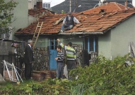 Eşme'de Şiddetli Rüzgar Evlerin Çatılarını Uçurdu