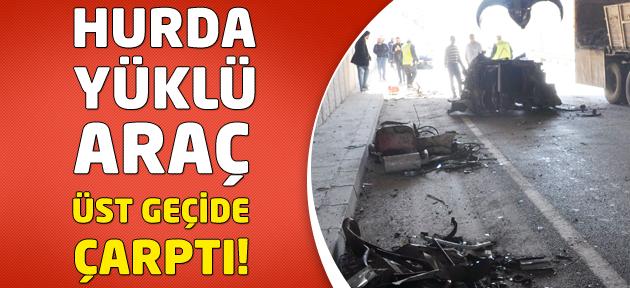 Hurda yüklü araç alt geçide sığmayarak betona çarptı!