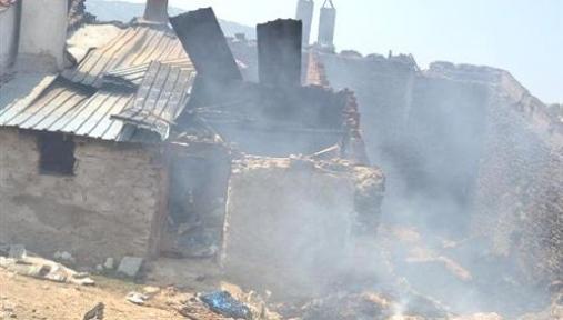 İki Ev Bir Ahır Yangında Kül Oldu