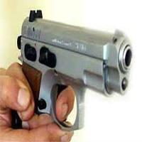 İzmir'in Konak ilçesinde yaşanan silahlı kavgada 3 kişi silahla yaralandı.
