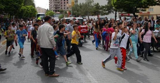Mehmetçik İlköğretim Okulu'nda Öğrenci ve Velilerden Eylem!