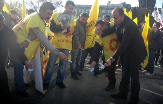 Uşak Eğitim Sen Üyeleri Protesto Gösterisinde Öğretmen Kartlarını Attılar!