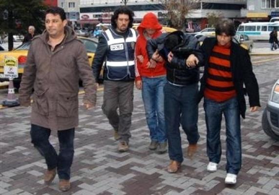 Uşak'ta Çifte Otomobille Esrar Sevkiyatına 4 Gözaltı!