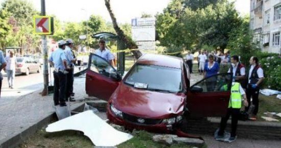 Üsküdar Çengelköyde Umut Yamal (34 HE 0145) Otomobiliyle Havuzbaşı Otobüs Durağına Çarptı. Kazada Kadriye Yılmazer Öldü.