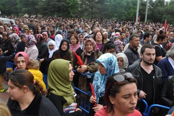 Uşak'ta mahşeri kalabalık şehidini toprağa verirken adeta bağrına bastı!