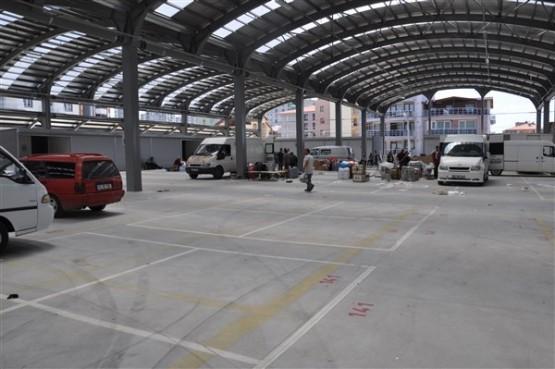 Uşak'ta yeni yapılan pazar yeri, esnafın işi bırakmasıyla bomboş kaldı!