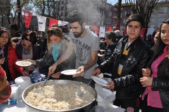 Uşak CHP, Çanakkale Zaferi'ni Pilav Ve Ayran Dağıtarak Kutladı!