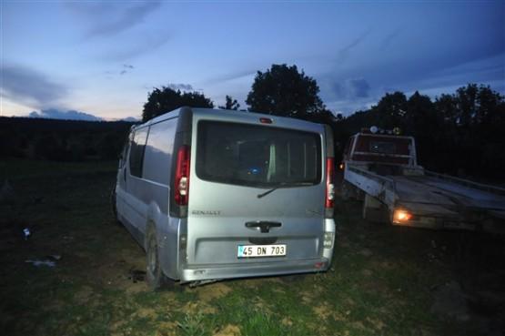 Sivaslı'da festivalden dönen otomobil yol kenarına uçtu! 2 yaralı!