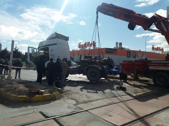Uşak'ta trenle tır çarpıştı! Tonlarca kimyasal madde yola döküldü!