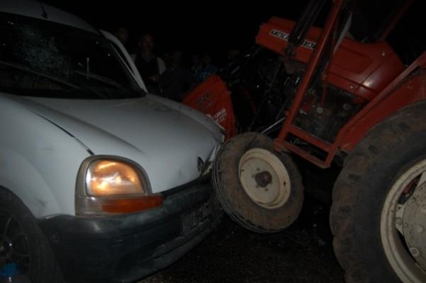 İkinci Traktör'den Kendini Kurtaramayınca Kafa Kafaya Çarpıştı! 3 Yaralı!