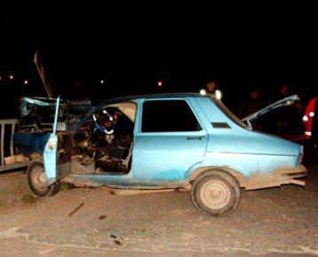 Çanakkale Çan da Kaza. Necmettin Bektaş (17 PH 348) Köprü Bariyerlerine Çarptı. Kazada Halil Tosun Öldü.
