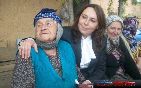 Emine Yıldırım Asırlık MHP li; Banaz lı Emine Nine den Dua Alarak Sahaya İndi...