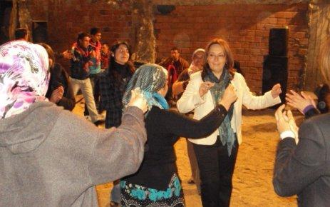 Emine Yıldırım Derbent Köyünde Asker Eğlencesine Katıldı