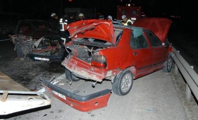 Emniyet Şeridindeki Otomobile Çarptı: 1 Ölü, 3 Yaralı
