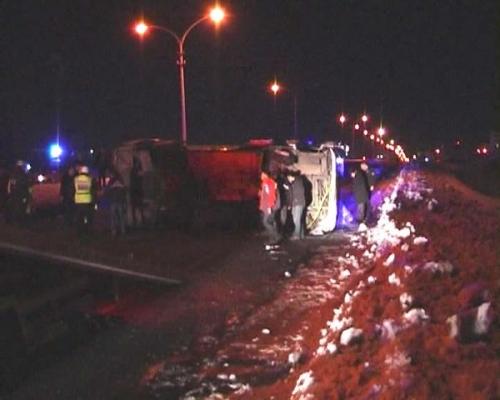 Kars'ın Selim İlçesi'ndeki Kazada Nizamettin Eksen Yönetimindeki 36 H 0012 Plakalı Midibüs Direksiyon Hakimiyetini Kaybetmesi Sonucu Yan Yattı.Kazada 33 Kişi Yaralandı