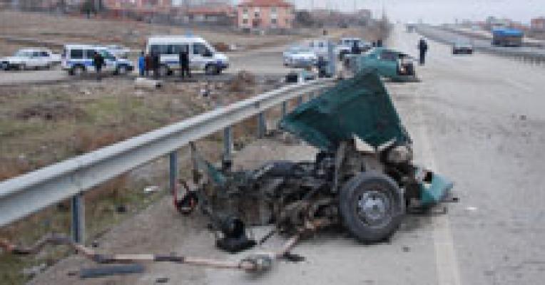 Kırıkkale - Samsun Karayolu Kaletepe Kavşağı'nda Kaza.İlhan Küçük Yönetimindeki 51 AY 113 Plakalı TIR ile Ercan Bozkurt Yönetimindeki 71 EZ 187 Plakalı Otomobil ile Çarpıştı.