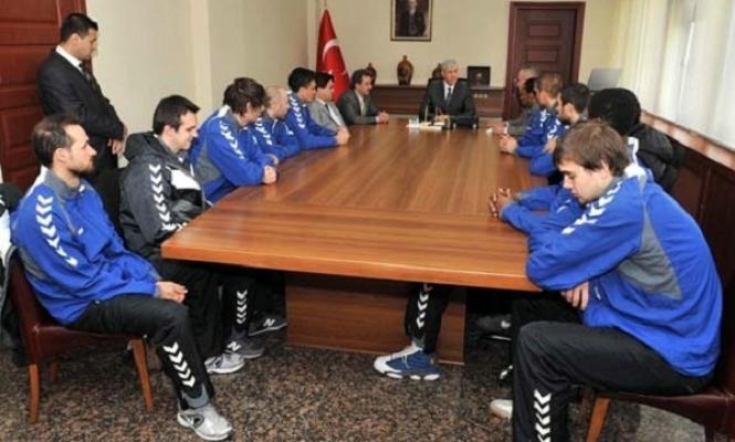 Mackolik.com Uşak Üniversitesi Basketbol Takımı Vali Erden'i Ziyaret Etti