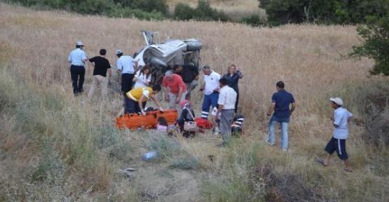 Otomobil Tarlaya Uçtu: 8 Yaralı!