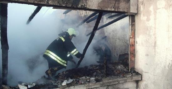 Sivaslı'da İki Ev ve Tonlarca Tütün Alevlere Teslim Oldu!