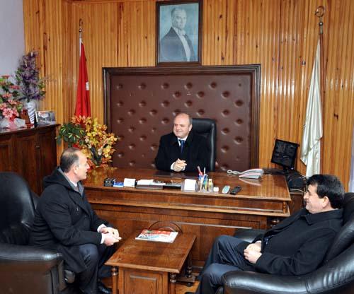 Uşak Valisi Özdemir Çakacak Kızılcasöğüt Belediye Başkanını Ziyaretinin Ardından Kızılcasöğütlü Vatandaşlarla Sohbet Etti..