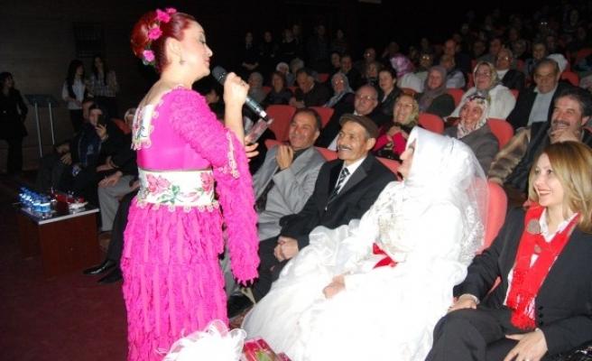 Uşak Belediyesi Bir Yastıkta Bir Asra Doğru Programıyla Sevgililer Gününü Kutladı
