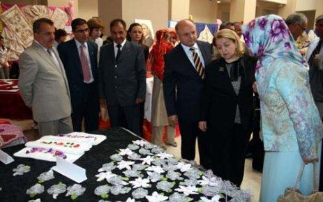 Uşak Halk Eğitim Merkezi Yıl Sonu Sergisi AKM de Açıldı..