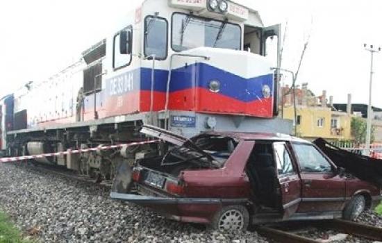Uşak-İzmir Treni Otomobile Çarptı! 1 Ölü, 1 Yaralı!