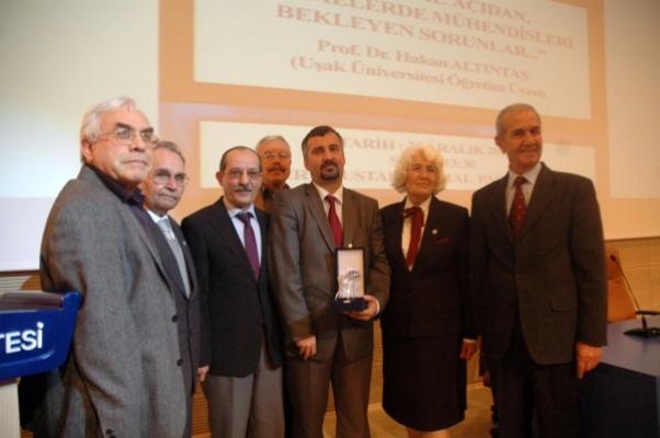 Uşak Üniversitesi'nde Çarşamba Konferansları Devam Ediyor