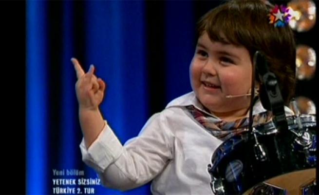 Yetenek Sizsiniz'de Bateri Çalan Küçük Çocuk Baha Bayırlı Kırdı Geçirdi Videosu. Yetenek Sizsiniz Türkiye Programında Hülya Avşar'ın Poposunu Isırdığı Çocuk İzleyciyi Güldürdü.