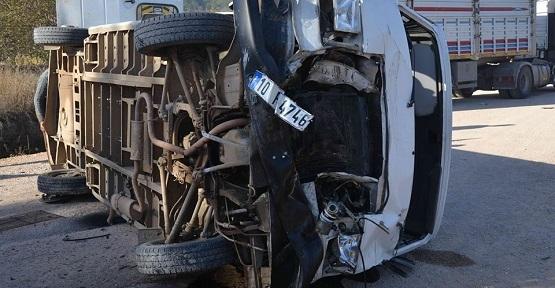 Yolcu Minibüsü Tır'la Çarpıştı! 12'si Öğrenci, 17 Yaralı